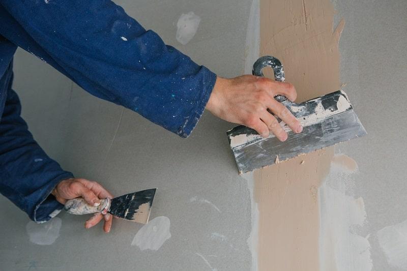 Pracownik robót wykończeniowych w budownictwie